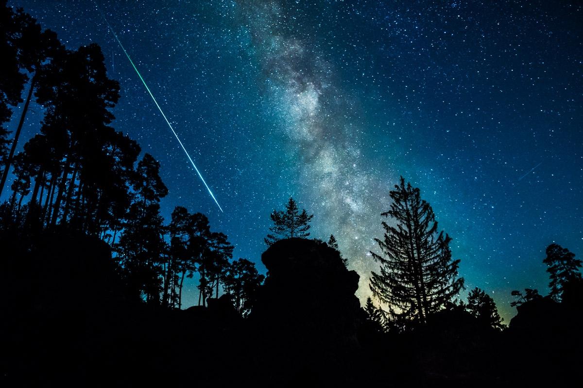 Milchstraße und Sternschnuppe im Felsenmeer