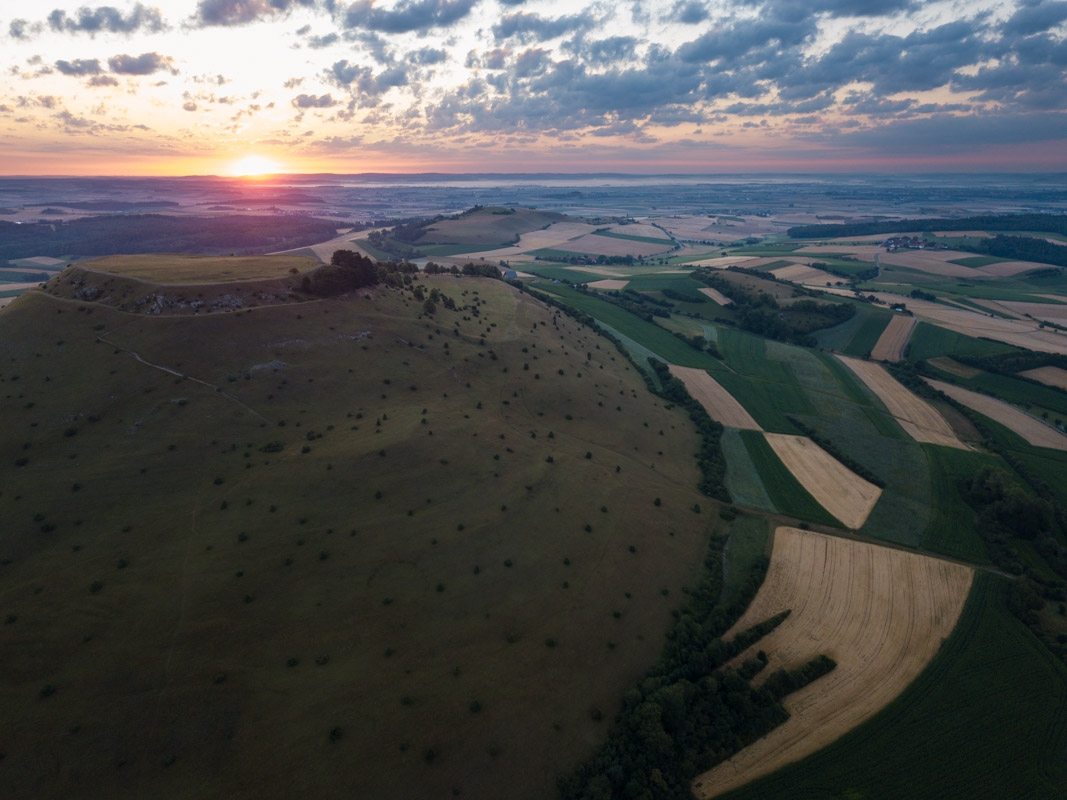 Blick über den Ipf und Blasienberg ins Ries