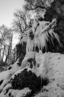 Bad Uracher Wasserfall im Winter (s/w)