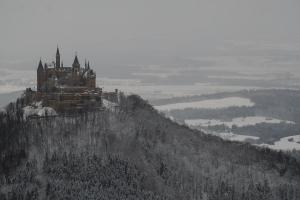 Blick vom Raichberg auf das Albvorland und die Burg Hohenzollern