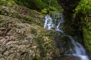Wasserlauf auf den Felsen am Rulamanweg