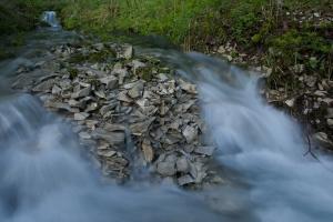 Steinhaufen in einem Alb-Bach