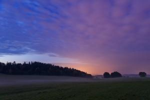 Lichter eines Alb-Dorfes in der blauen Stunde