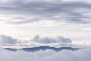 Nebel und Wolken vor dem Albtrauf