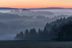 Talblick mit Nebel bei Tagesanbruch